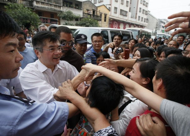 Outgoing Ambassador to China Gary Locke greets Chinese residents. Photo credit: Washington Post.