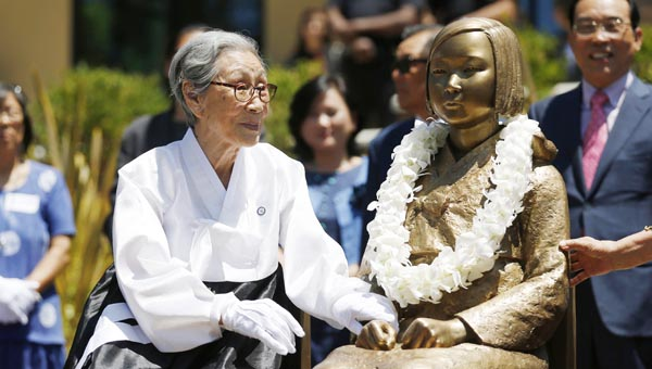 Former Comfort Woman, Kim Bok-Dong, admires the Glendale memorial statue in March 2013. (Photo credit: Action Images / Danny Moloshok Livepic)