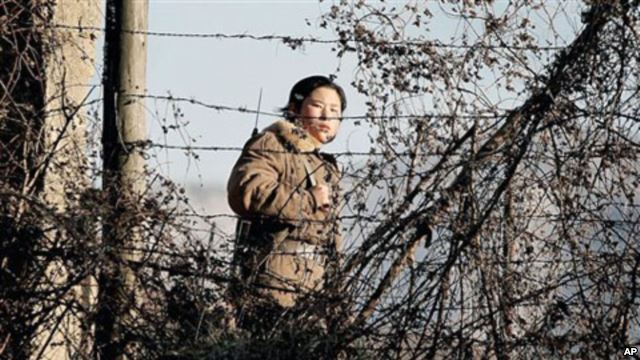 A North Korean soldier patrols the N Korean-Chinese border at the Yalu River. (Photo credit: VOA News)